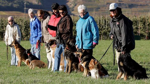 Frauen mit Hunden an der Leine.