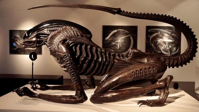 Eine Skulptur aus Metall von H.R. Gigers Alien.