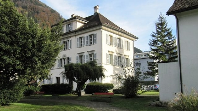 Das historische Gebäude Winterberg in Altdorf inmitten der Parklandschaft.
