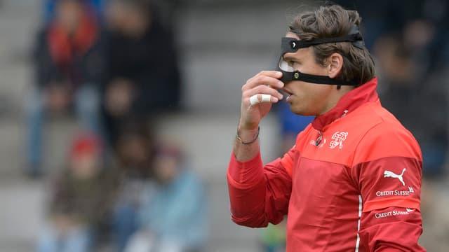 Yann Sommer richtet im Training seine Maske.