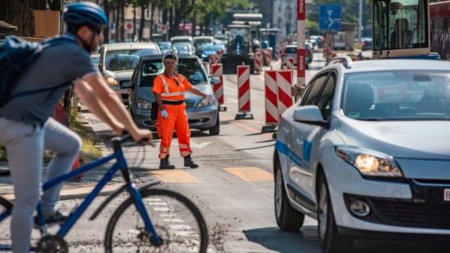 Frau regelt den Verkehr