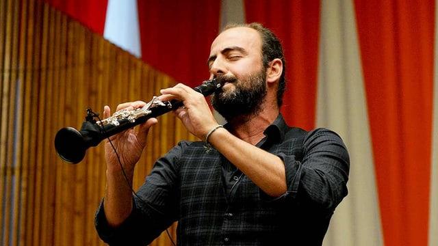 Mann spielt Klarinette.