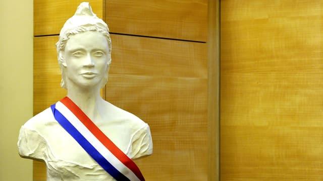 Marianne, die Nationalfigur der Französischen Republik, mit der französischen Trikolore blau-weiss-rot als Schärpe.