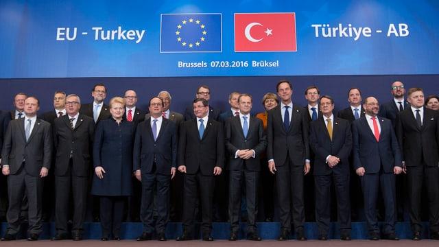 Manaders dals pajais da l'UE ensemen cun il primminister tirc Ahmet Davutoglu.