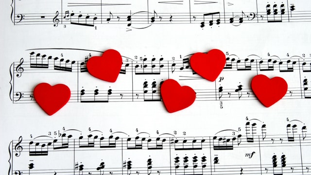 Musiknoten mit roten Herzen darauf