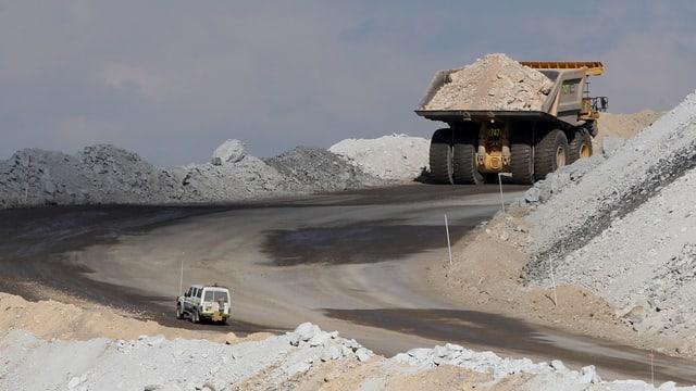 Ein grosser Transporter mit aufgeladener Kohle bei Gunnedah.