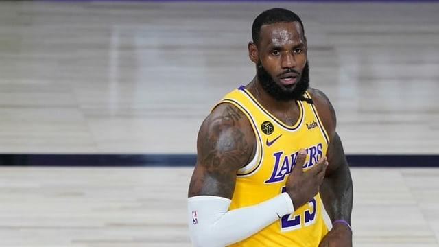 Mann mit gelb-blauem Basket-Ball-Trikot