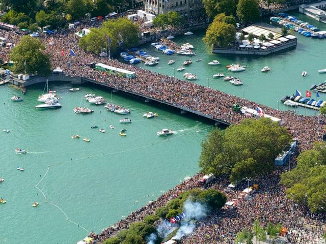 Street-Parade 2014: Bild von oben von der Menschenmasse auf der Zürcher Quaibrücke.