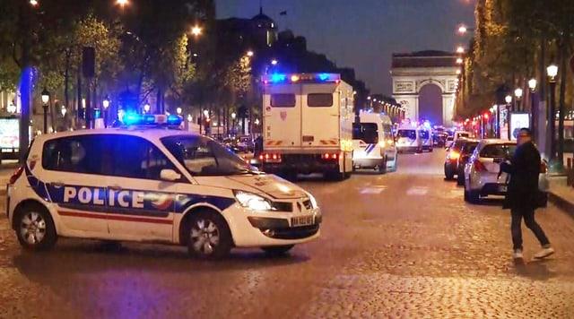 Ein Polizeiwagen parkt auf der Champs-Elysées