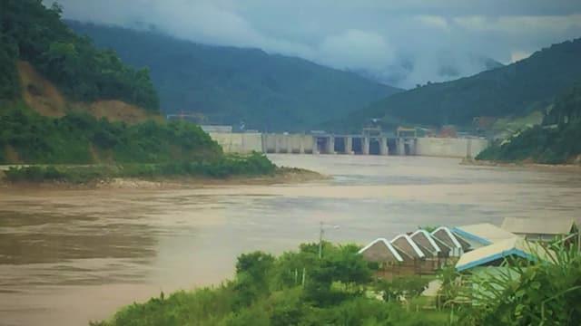 Das Xayaburi Kraftwerk in Laos unter einem regenverhangenen Himmel.