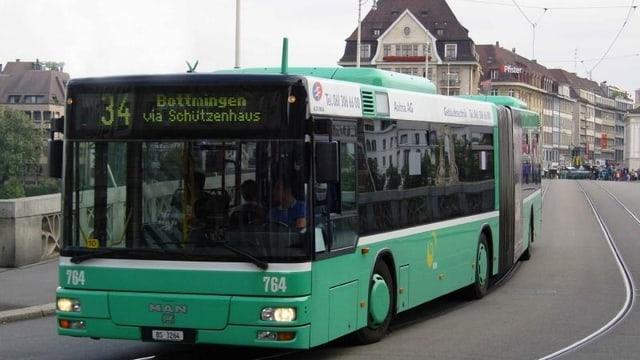 Grüner BVB-Bus fährt über die Mittlere Brücke in Basel.