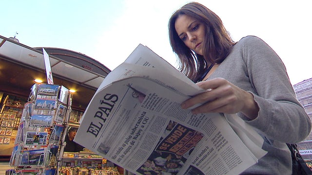 Nina Brunner blättert in der spanischen Zeitung «El País».
