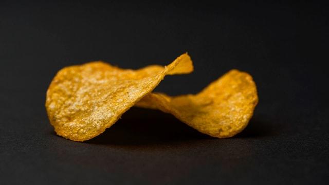 Zwei Kartoffelchips in Nahaufnahme.