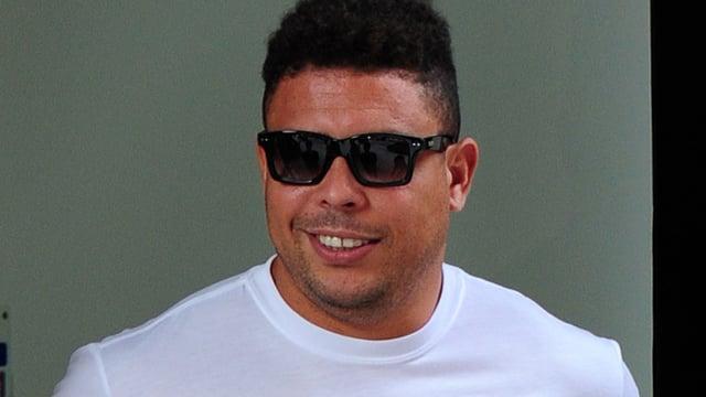Fussballlegende Ronaldo mit stattlichem Kampfgewicht und Sonnenbrille