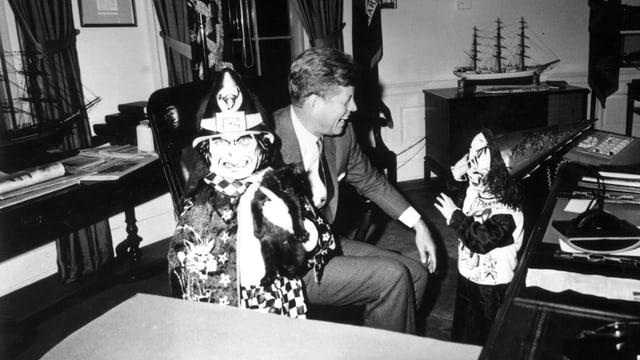 JFK an Halloween 1963 mit seinen Kindern.