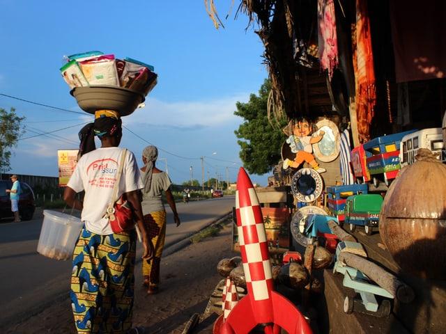 Holzwaren, bunte Stoffe, Gemälde, Erdnüsse – ein Souvenirstand in der Elfenbeinküste.