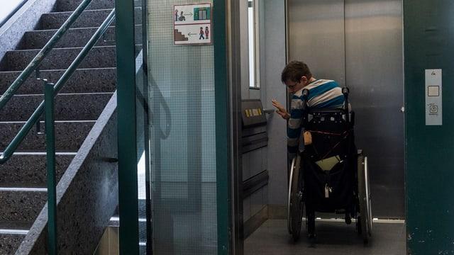 Rollstuhlfahrer in einem Lift