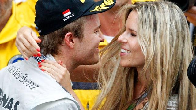 Nico Rosberg und Frau Vivian küssen sich oder stehen zumindest kurz davor.