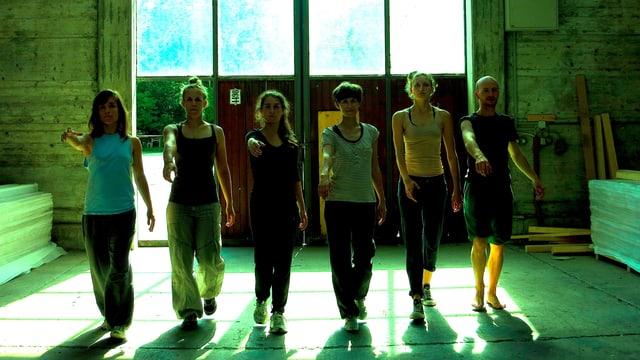 Sechs Tänzerinnen und Tänzer proben die Showeinlage für Industrial Radio