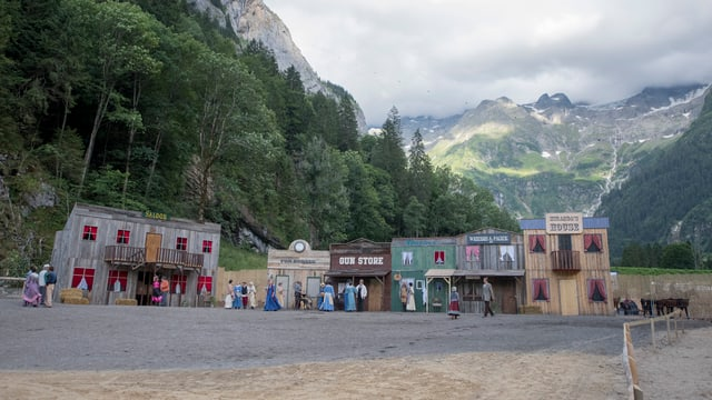 Wildweststadt vor Bergkulisse