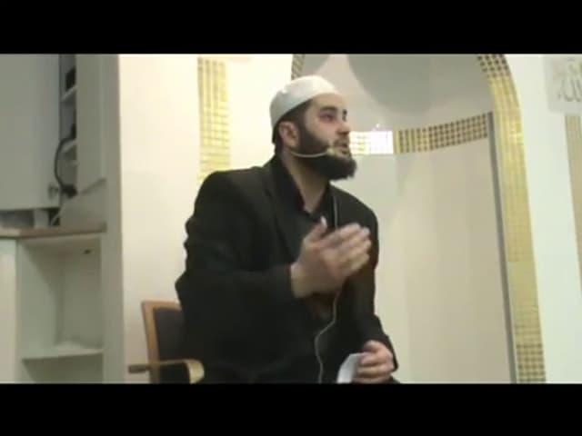 Sead Islamović predigte vor demselben Hintergrund wie Bilal Bosnić.