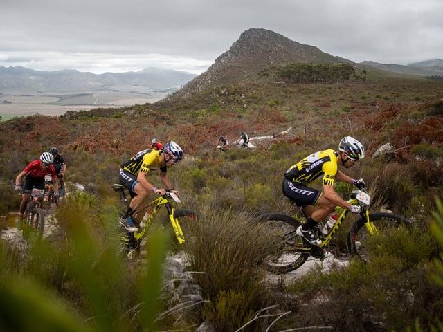 Nino Schurter und Lars Forster fahren über Stock und Stein.