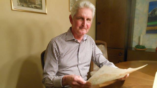 Portrait von Felix Ryter, er hält eine OL Karte in der Hand