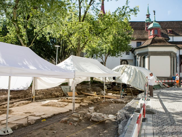 Eine archäologische Grabungsstelle beim Franziskanerplatz in der Stadt Luzern.