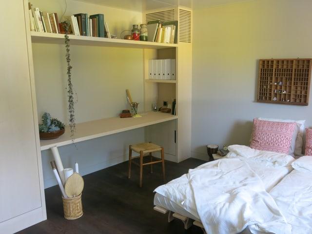 Privatraum mit Bett und Arbeitsplatz.
