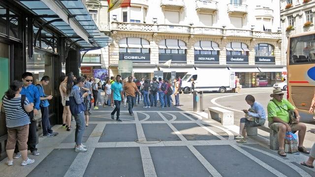 Touristen stehen vor Läden am Schwanenplatz Luzern.