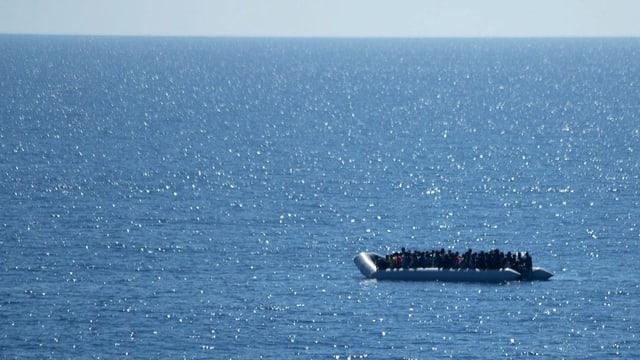 batga cun fugitivs en la Mar Mediterrana.