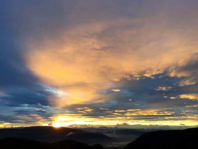 Sonnenaufgang mit Blick auf die Alpen.
