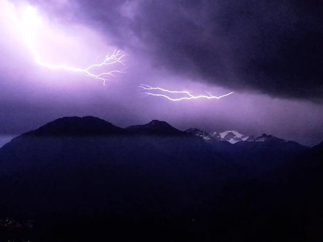 Blitze vom heinzenberg aus fotografiert. (SRF-Augenzeuge / Andreas Thommen)