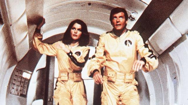 Ein Mann und eine Frau in goldenem Spaceanzug.