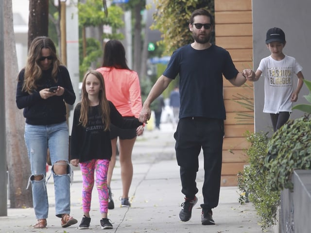 Jennifer Meyer, Tochter Ruby, Tobey Maguire und Sohn Otis bei einem Spaziergang.