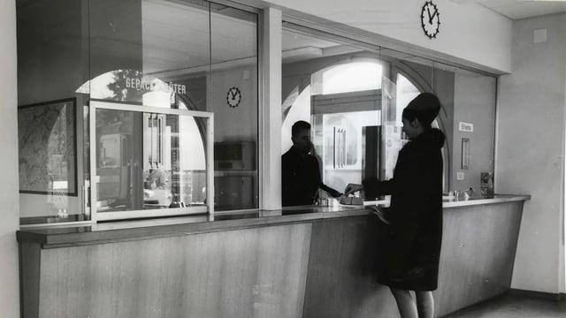 Irgendwann in den 60er-Jahren: Eine Frau am Schalter der WSB in Aarau.
