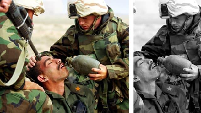 Ein amerikanischer Soldat gibt einem Kriegsgefangenen Wasser. Auf dem einen Bildausschnitt ist eine amerikanische M16 zu sehen, auf einem anderen nicht.