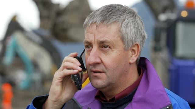 Ein Mann telefoniert mit einem Handy