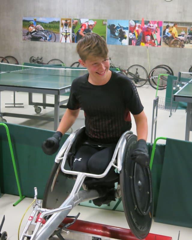 Andrin Deschwanden im Rollstuhl.