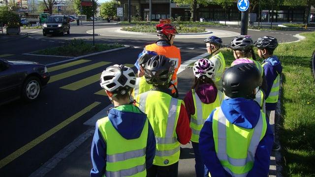 Ein Polizist und Kinder stehen auf der Strasse