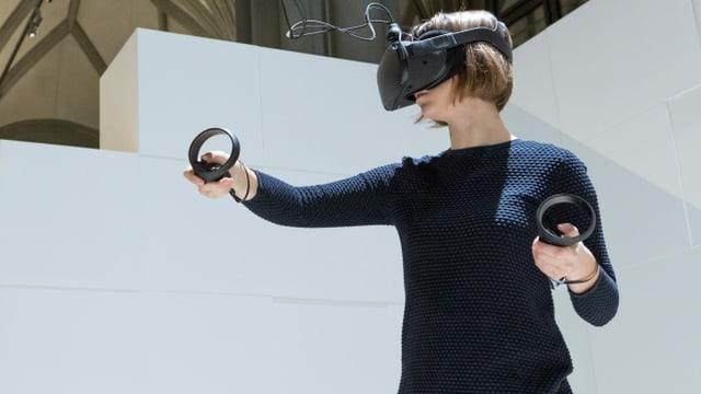 Eine junge Frau trägt eine Virtual-Reality-Brille.