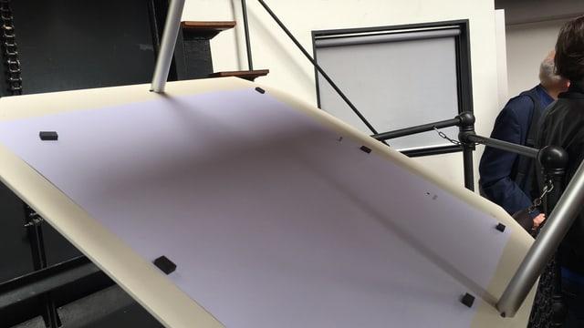 Eine Projektion des Merkur-Transits auf einem Stück Papier.