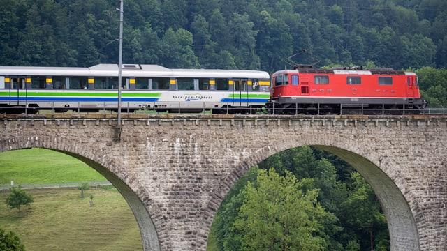 Der Voralpenexpress passiert ein Viadukt im Hoffeld bei Degersheim.