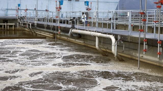 Klärbecken in einer Abwasserreinigungsanlage.