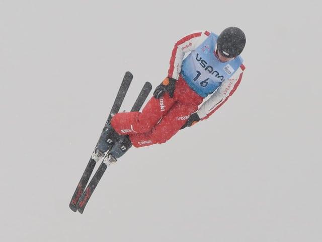 acrobat da skis en acziun.