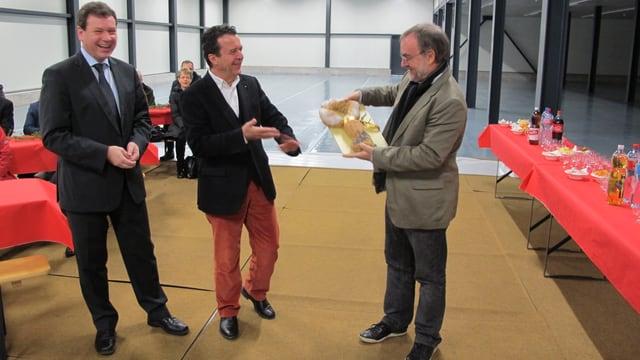 Im Lager des Museums Allerheiligen übergibt Museumsdirektor Peter Jetzler den Schlüssel für das neue Kulturgüterdepot des Museums Allerheiligen an Stadtpräsident Thomas Feurer.