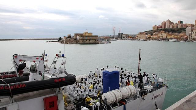 Flüchtlinge auf einem Schiff der italienischen Küstenwache.