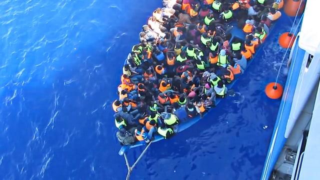 Ina da la numerusas navs plainas da fugitivs sin lur viadi en l'Europa.