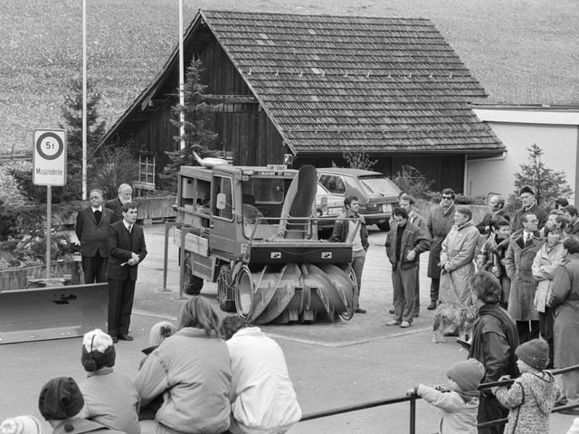 In Isenthal wird 1985 eine Schneefräse eingeweiht.