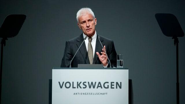 VW-Chef Matthias Müller an einem Rednerput